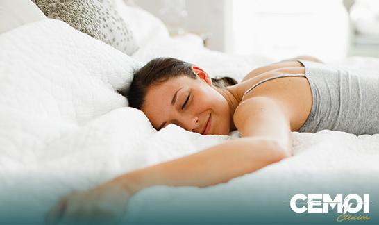 Anestesia geral utiliza medicamentos mais potentes e o paciente fica inconsciente, precisando de auxílio de aparelhos para respirar. Na sedação, o paciente passa a maior parte do procedimento dormindo, respira normalmente e responde a comandos verbais.